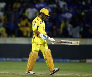 Twitter divided over Dhoni's run out in IPL final