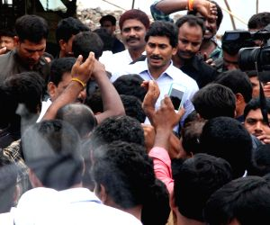 YS Jaganmohan Reddy embarks on a three-day long bus yatra to the Dowleswaram Barrage