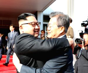 Moon, Kim hold surprise meet over US-N. Korea summit