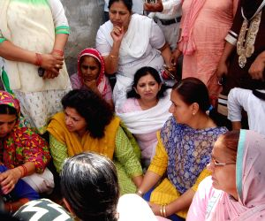 Sonepat: Shobha Oza meets the family of Sonepat gangraape victim