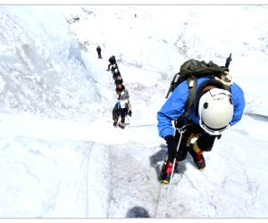 Everest (Nepal): Indian Army Mountaineering Team scales Everest