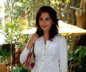 Isha Koppikar at the Talwalkars Gym with the contestants of Femina Miss India 2009.