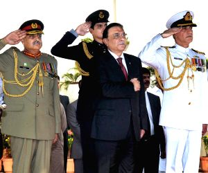 Pakistani President Asif Ali Zardari (C) inspects the guards of honor during his farewell ceremony at the Presidential Palace in Islamabad, capital of ...