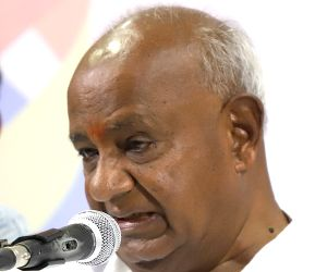 Deve Gowda, Karnataka CM pay last respects to Vajpayee