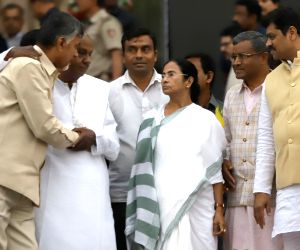 JD(S) supremo HD Deve Gowda, Andhra Pradesh Chief Minister N. Chandrababu Naidu, West Bengal Chief Minister Mamata Banerjee, JVM-P chief Babulal Marandi  and others at the swearing in ...