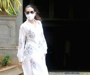 : Karisma Kapoor With Daughter At Randhir Kapoor's House In Bandra