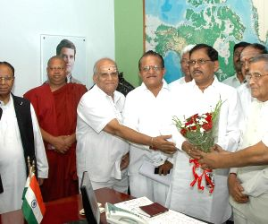 G Parameshwara being greeted by Congress leaders