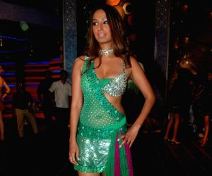 Kashmera Shah's item song for film Saath at Click NIxon.