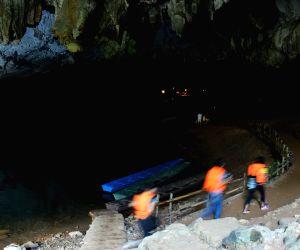LAOS-KHAMMOUANE-KONG LOR CAVE