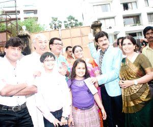 Khichidi film promotion Shah Rukh Khan's house Mannat.