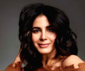 Kirti Kulhari watches film on big screen as mark of support to cinema halls