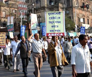 Bengal electricity consumer association demonstrates against hike in electricity tariff