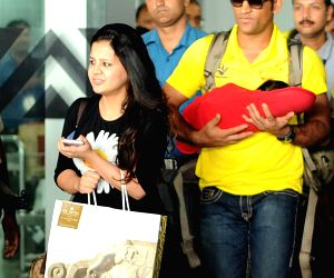 Dhoni arrives at Kolkata Airport
