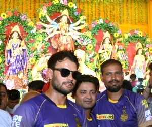 Yusuf Pathan, Piyush Chawla visit Mohammed Ali Park pandal