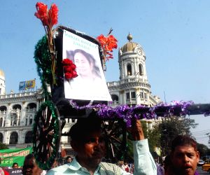 Bengal Rickshaw Union stands in support of Mamata Banerjee