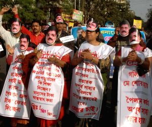 Kolkata: Chit fund scam victims stage a demonstration against WB Government