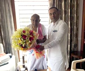 Dinesh Gundurao meets HD Devegowda