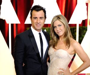 Actress Jennifer Aniston (R) arrives for the red carpet of the 87th Academy Awards at the Dolby Theater in Los Angeles, the United States, on Feb. 22, 2015. ...