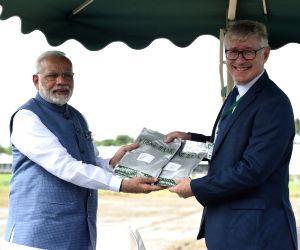Los Banos (Philippines): PM Modi presents Indian rice varieties to International Rice Genebank