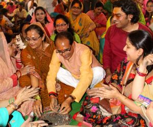 Madhya Pradesh Chief Minister Shivraj Singh Chouhan and actor Ashutosh Rana worship lord Shiva at former's residence in Bhopal on July 29, 2016.