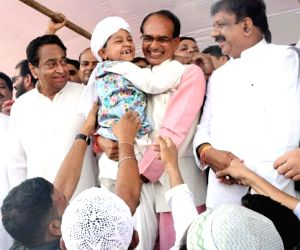Madhya Pradesh Chief Minister Shivraj Singh Chouhan with Congress Party state president Kamal Nath greets muslims at on the occasion of Eid-ul-Fitr in Bhopal June 16, 2018.