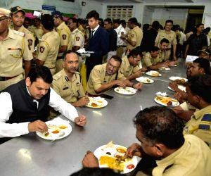 Devendra Fadnavis has lunch with police personnel