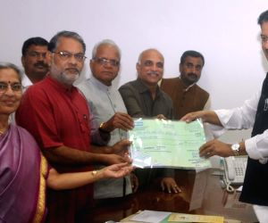 Prithviraj Chavan gives a cheque of Rs. 25 Crore towards 87 Akhil Bhartiya Marathi Sammelan
