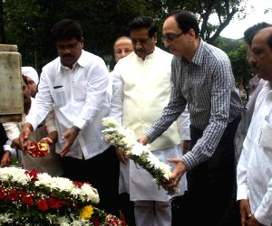 Prithviraj Chavan paid floral tributes to freedom fighters