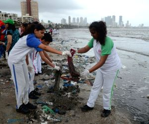 MET students clean-up Mahim beach