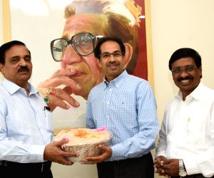 Maharashtra Minister meets Thackeray