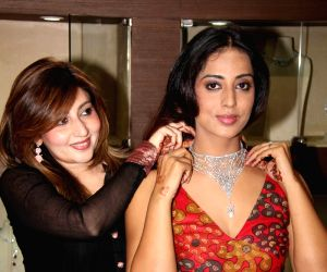 Mahie Gill at Giantti event at Atria Mall.