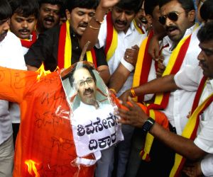 Members of Karnataka Rakshana Vedike burning effigy of Uddhav Thackeray