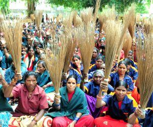 Karnataka State Pourakarmikas Association demonstration