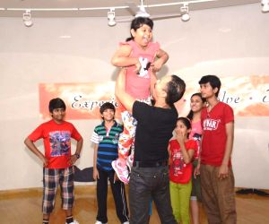 Mickey Mehta trains Indian Idol Junior finalists