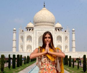Miss Universe 2016 visits Taj Mahal