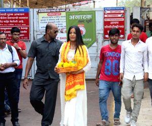 Poonam Pandey visits Siddhivinayak Temple