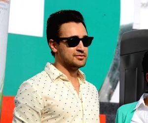 Imran Khan and Mandira Bedi promote Ariel detergent