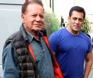 Salman Khan sings with father Salim Khan, the latest video goes viral !