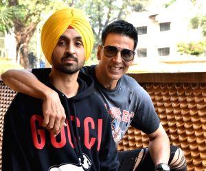 Akshay, Diljit undergo labour pain test to promote 'Good Newwz'