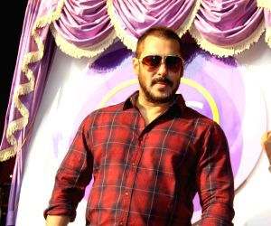 Salman shares his 'PRDP' family moment, asks fans to join in