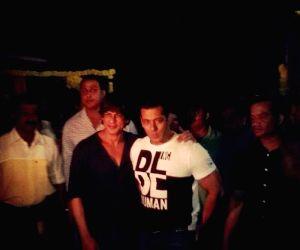 Shah Rukh Khan at Arpita's mehndi ceremony