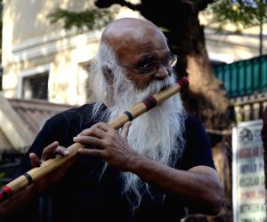 Suhas Joshi plays flute at Shivaji Park