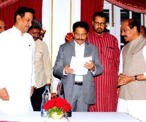 Congress leaders meet Maharashtra Governor