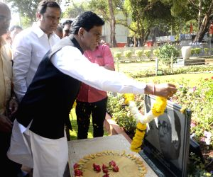 Maharashtra BJP chief pays tribute to Bal Thackeray
