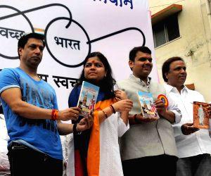 Maharashtra CM during the Clean India drive