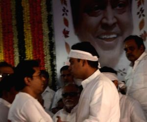 Raj Thackeray pays last respects to Murli Deora