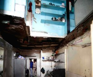 Building collapses in Kamathipura, three injured