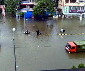 Heavy rain hit traffic in Mumbai