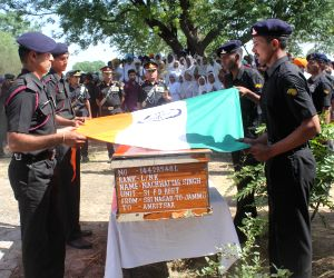 Army soldiers pay respect to L/Naik Nachhattar Singh