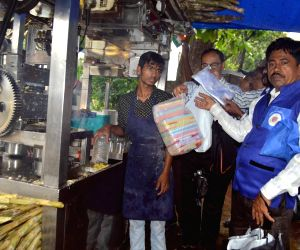 Municipal inspectors spread awareness about ban on plastic